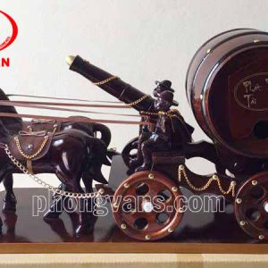 Xe ngựa đôi kéo thùng rượu vang