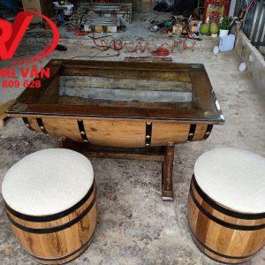 Bàn ghế làm bằng thùng rượu gỗ sồi