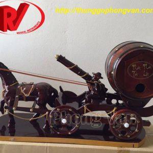 Xe ngựa kéo thùng rượu vang có pháo