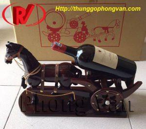 Xe ngựa kéo chai rượu vang