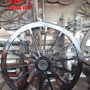 Bàn gỗ bằng bánh xe bò ngựa cổ
