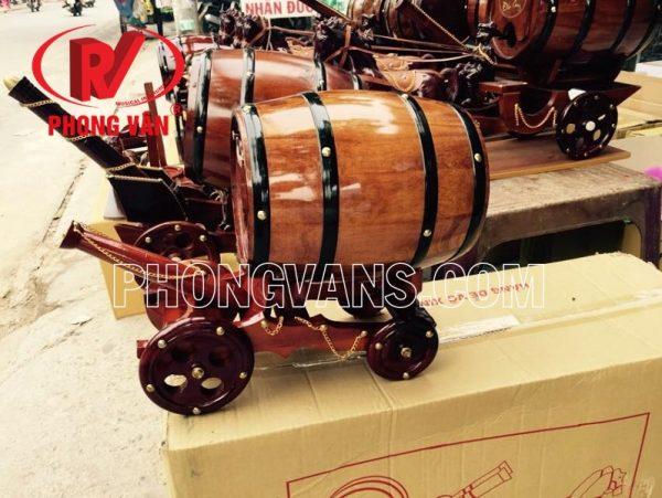 Bom kéo pháo trống rượu vang