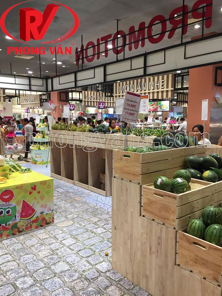 Kệ gỗ thông siêu thị đựng trái cây