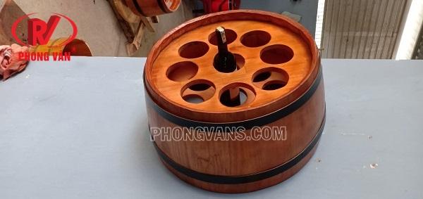 Nửa thùng gỗ treo tường cắm chai rượu vang