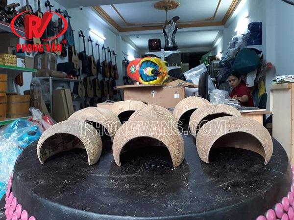 Vỏ dừa khô làm hang chuột chơi