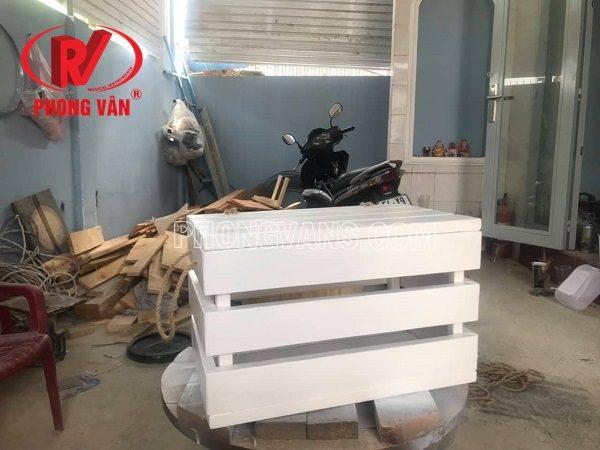 Kệ gỗ đựng trái cây màu trắng