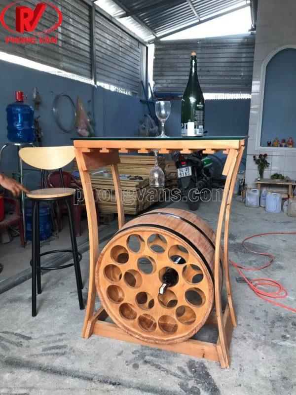 Kệ thùng gỗ treo chai rượu vang và ly