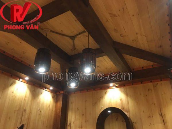 Trống rượu vang gỗ làm đèn phòng hầm rượu