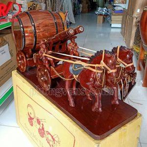 Xe ngựa kéo thùng rượu vang