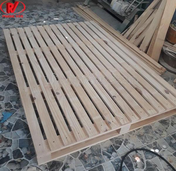 Giường bằng gỗ thông pallet