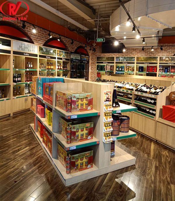 Kệ gỗ trưng bày rượu tại siêu thị