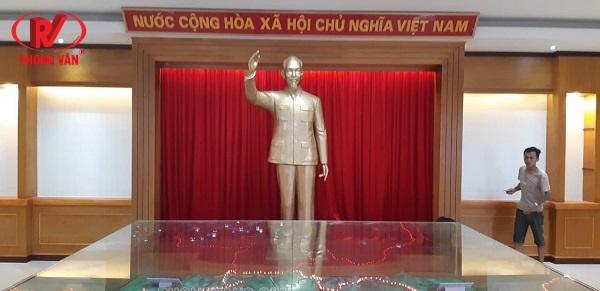 Đúc tượng Bác Hồ đứng vẫy tay chào nhựa composite