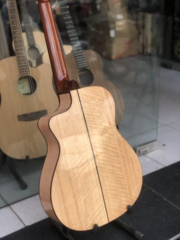 Guitar classic dáng khuyết gỗ còng cườm